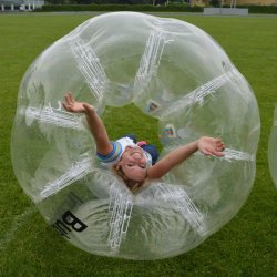 Bubbleball evenement op het gras